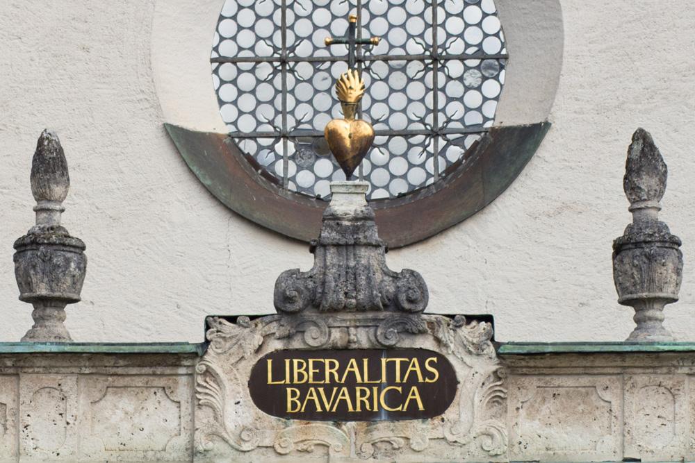 Kirchenportal mit der Inschrift Liberalitas Bavarica (Foto: Gemeinde Polling)